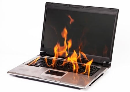 Фотография горящего ноутбука
