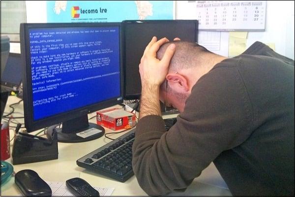 Фото человека столкнувшегося с ошибкой