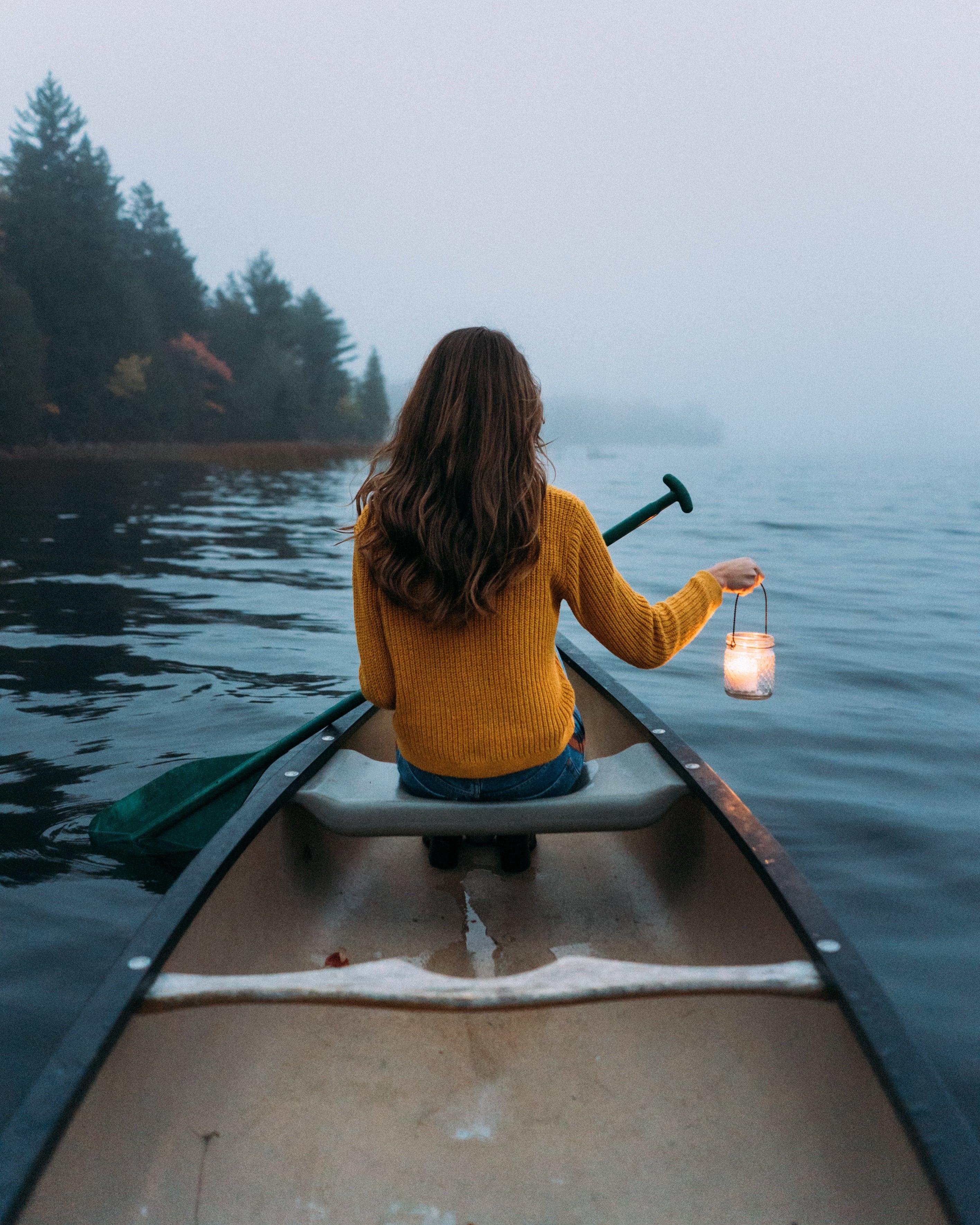 Фото девушки в лодке