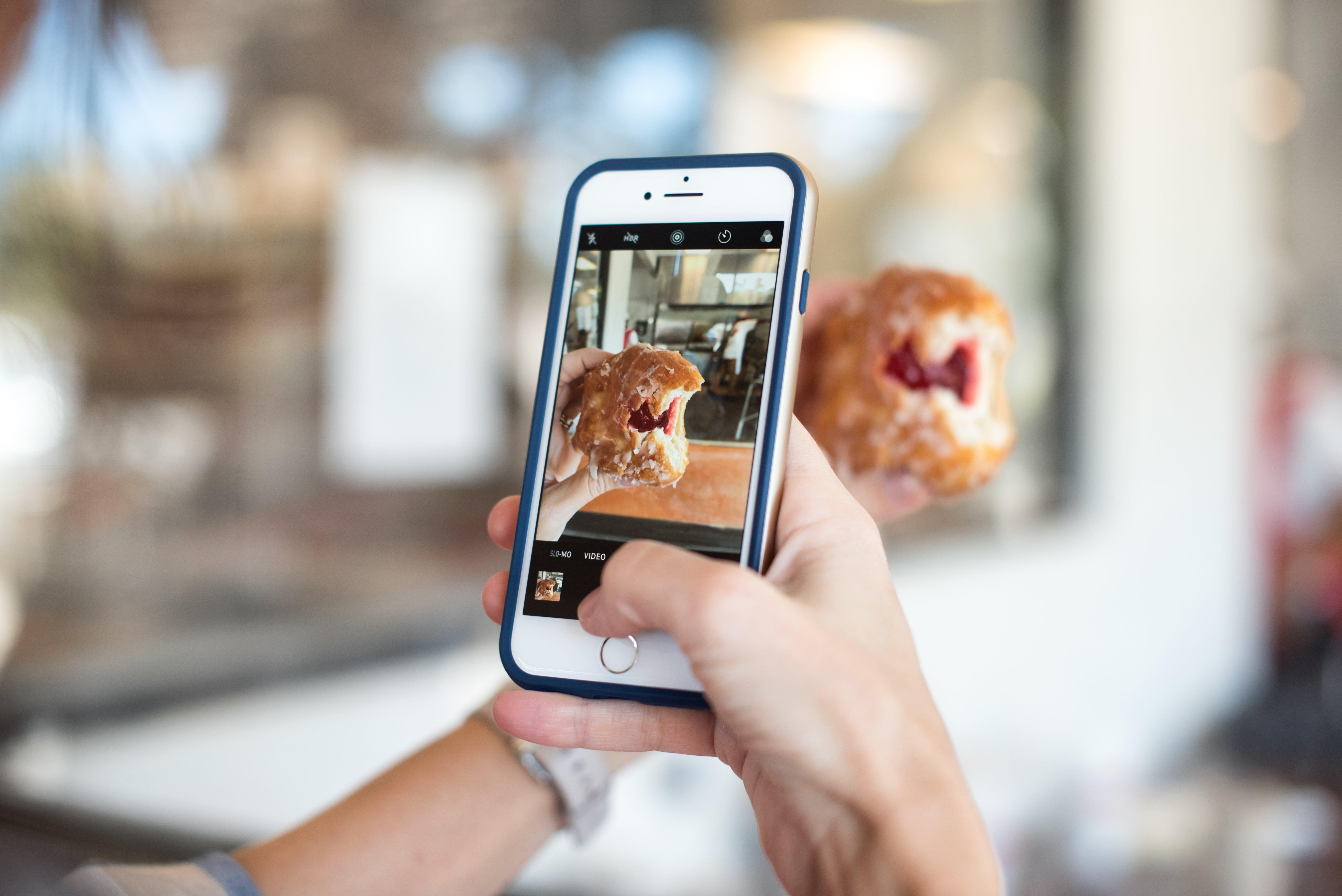 Изображение телефона в руке