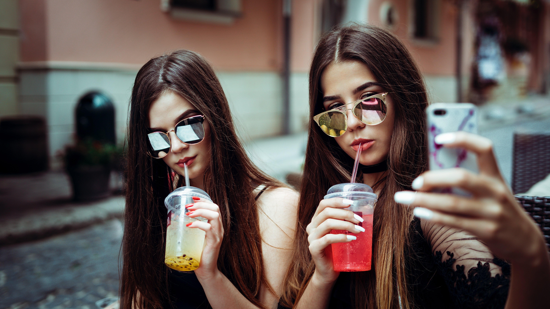 Две девушки пьющие коктейли