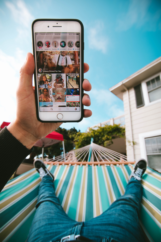 Телефон в мужской руке на фоне неба