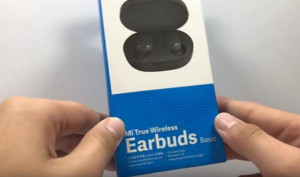 Коробка с наушниками Earbuds