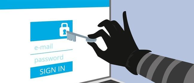 Рука с ключом напротив монитора