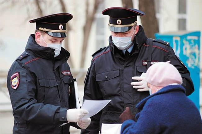 Полицейские штрафуют бабушку