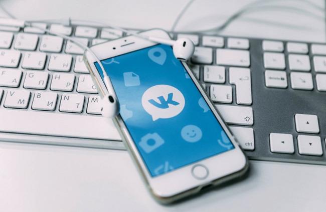 Смартфон с логотипом ВК на экране