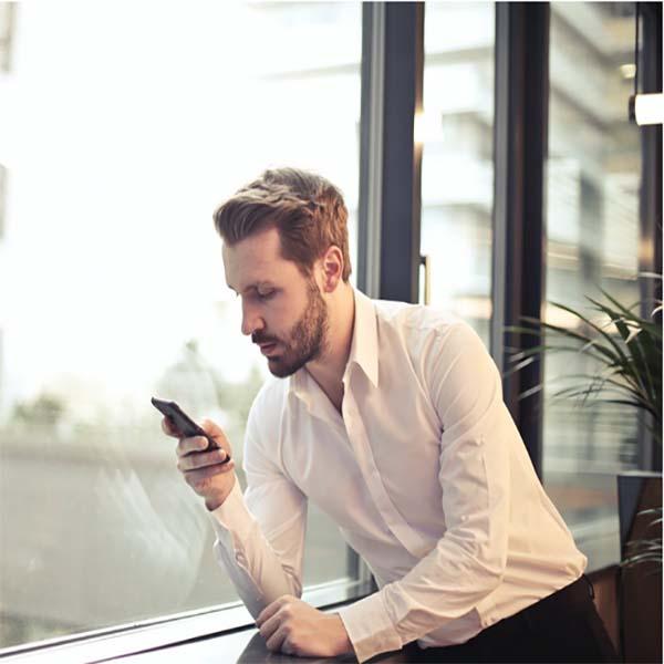 Мужчина в рубашке с телефоном