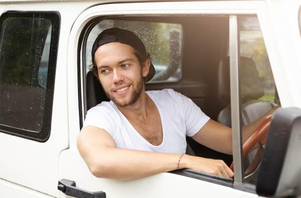 Фото мужчины за рулём