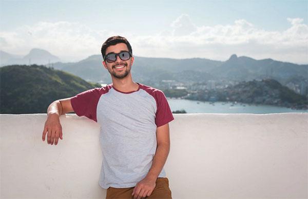 Мужчина в очках на фоне озера