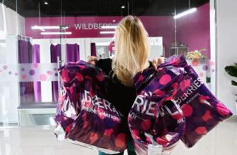 Девушка с пакетами Wildberries на фоне входа в отделение WB