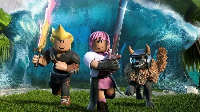 Персонажи из игры бегут с мечами в руках
