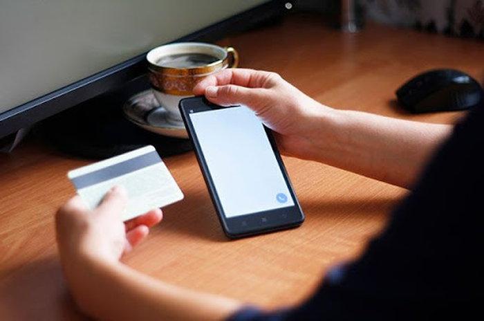 Телефон и пластиковая карта